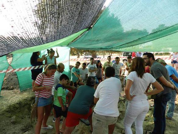 Fotografía perteneciente al álbum fotográfico de la exhumación de una fosa común por la Asociación para la Recuperación de la Memoria Histórica en el cortijo El Baldío